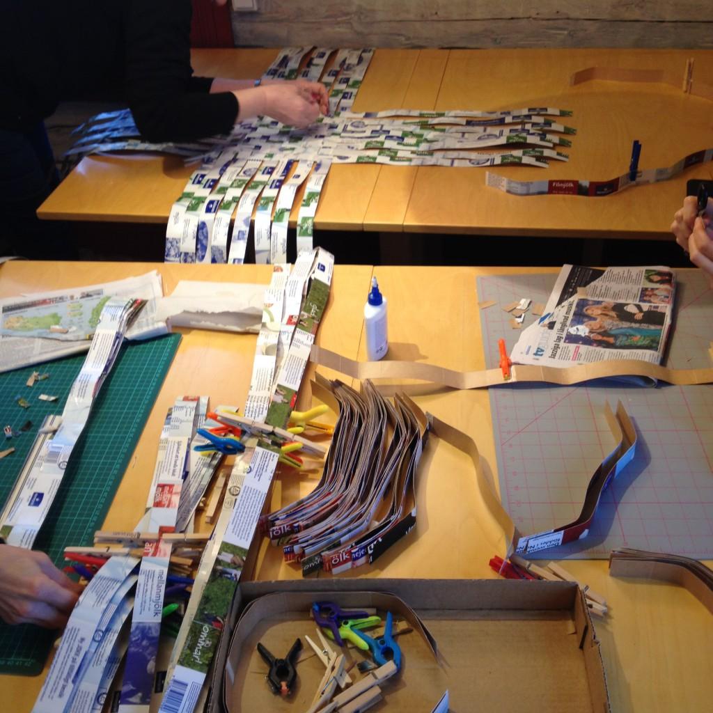 Arbetsbord fullt med remsor i olika längder
