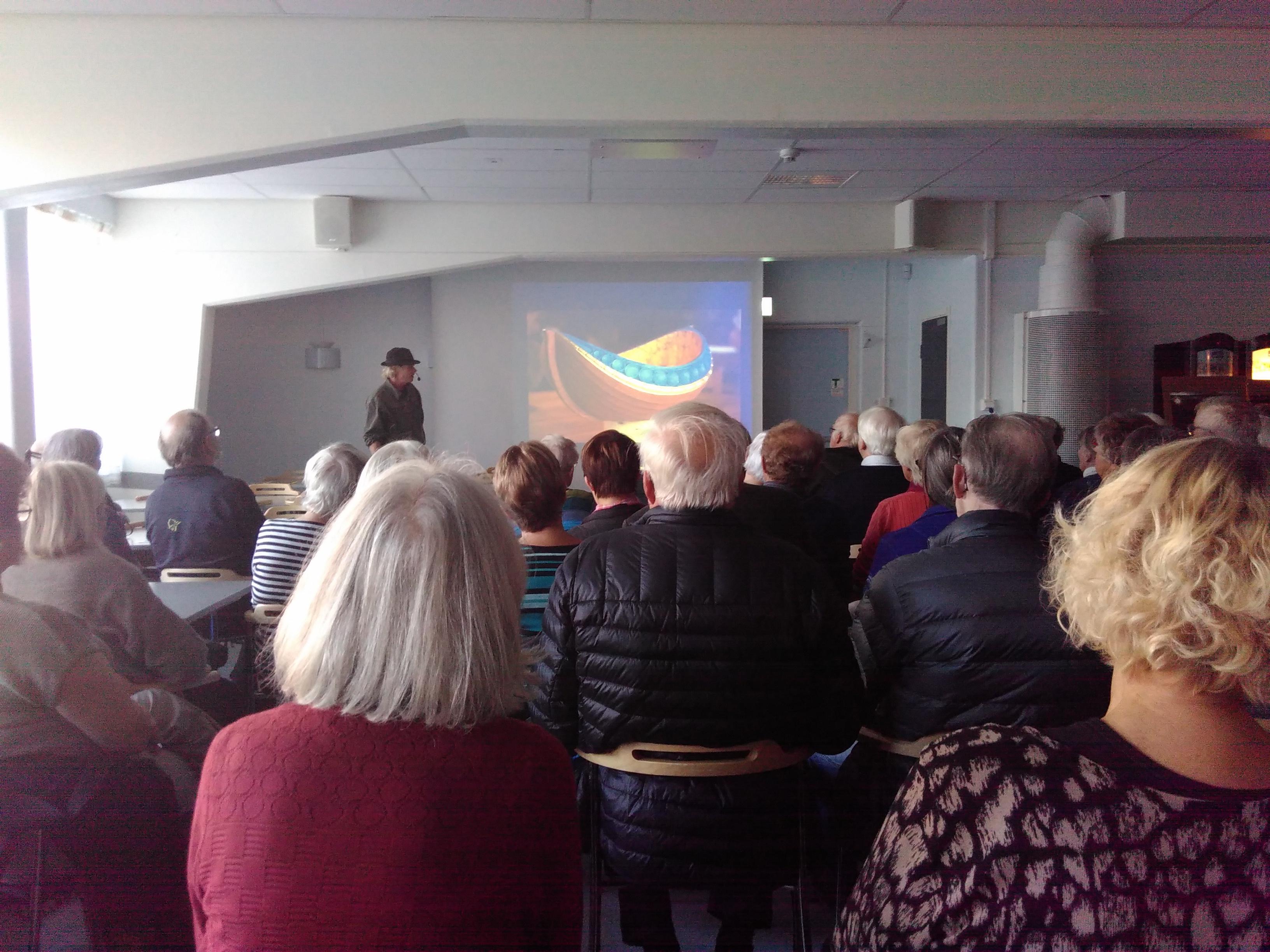 Bild från föreläsningen, Jögge Sundqvist på scen